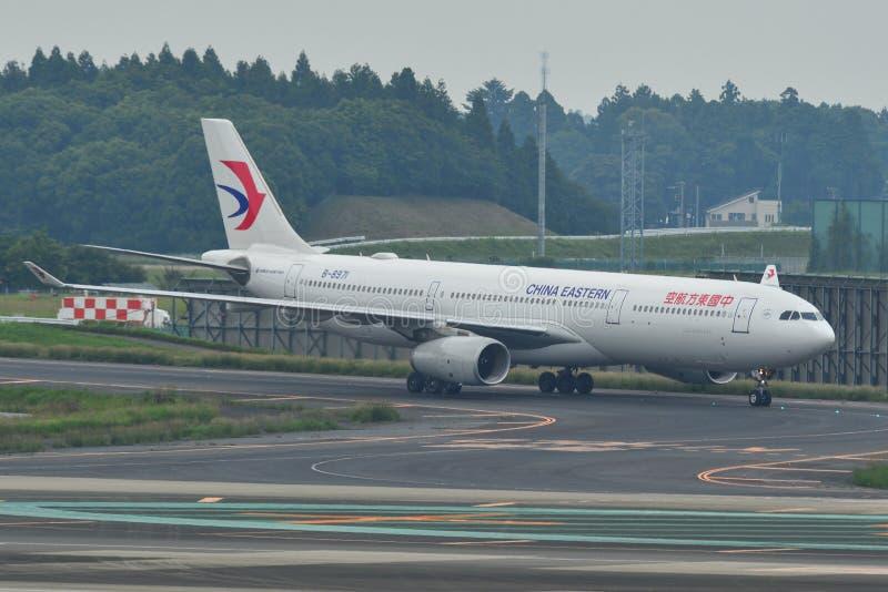Passagiersvliegtuig bij de Luchthaven van Tokyo Narita royalty-vrije stock fotografie