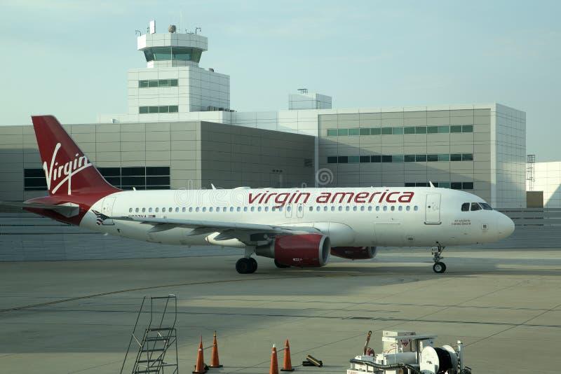 Passagiersvliegtuig bij luchthaven stock fotografie