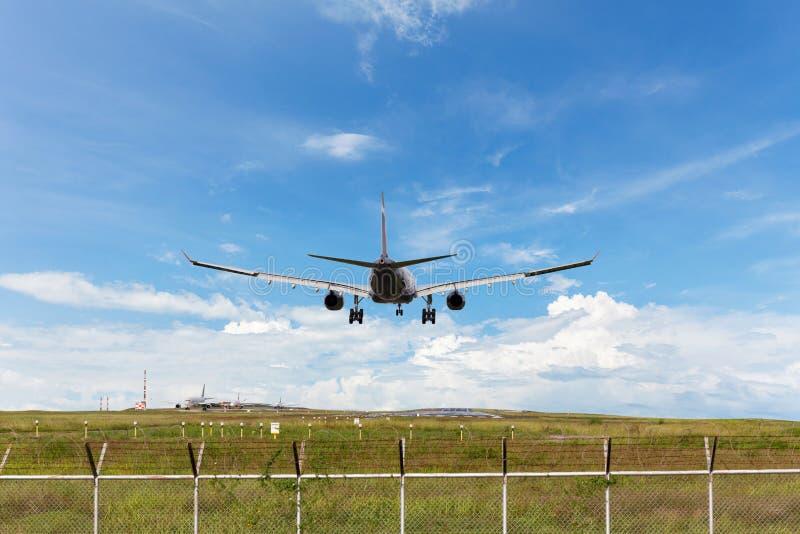 Passagiersvliegtuig die aan baan in luchthaven landen stock foto's