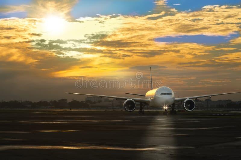 Passagiersvliegtuig die aan het parkeerterrein na het landen bij de luchthaven in Manilla Filippijnen, Mei 2013 in de vroege ocht stock foto's