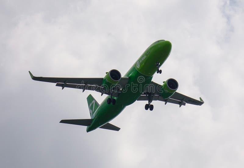 Passagiersvliegtuig die in de lucht vliegen royalty-vrije stock foto's