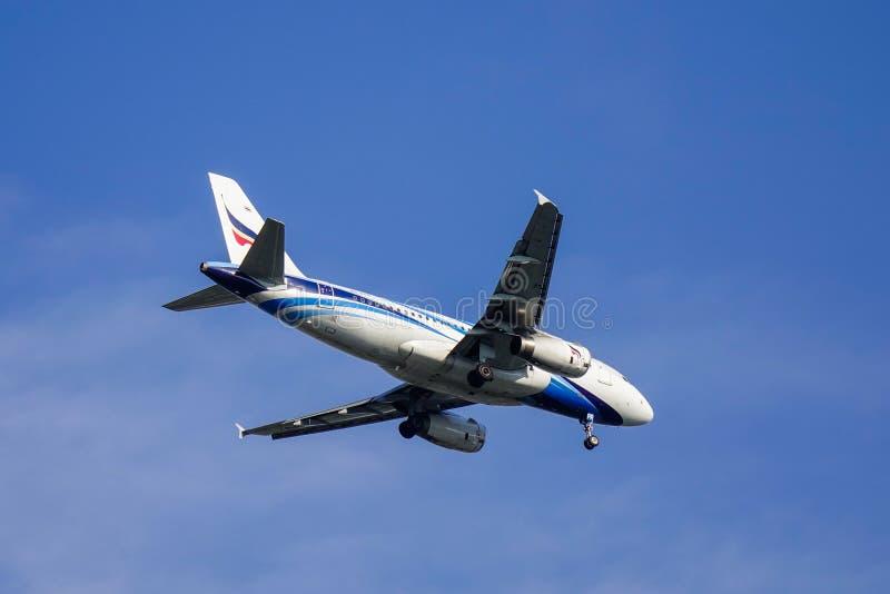 Passagiersvliegtuig die in de lucht vliegen royalty-vrije stock afbeeldingen