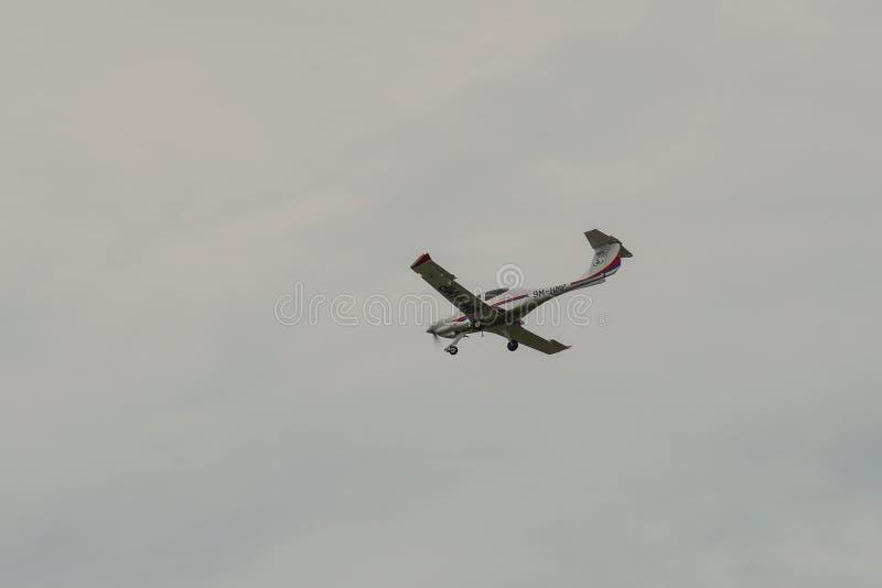 Passagiersvliegtuig die in de lucht vliegen stock foto's