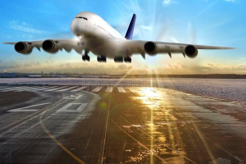 Passagiersvliegtuig die op baan in luchthaven landen. royalty-vrije stock afbeeldingen