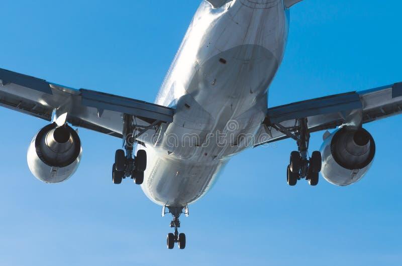 Passagiersvliegtuig die op baan in luchthavendag landen stock afbeeldingen