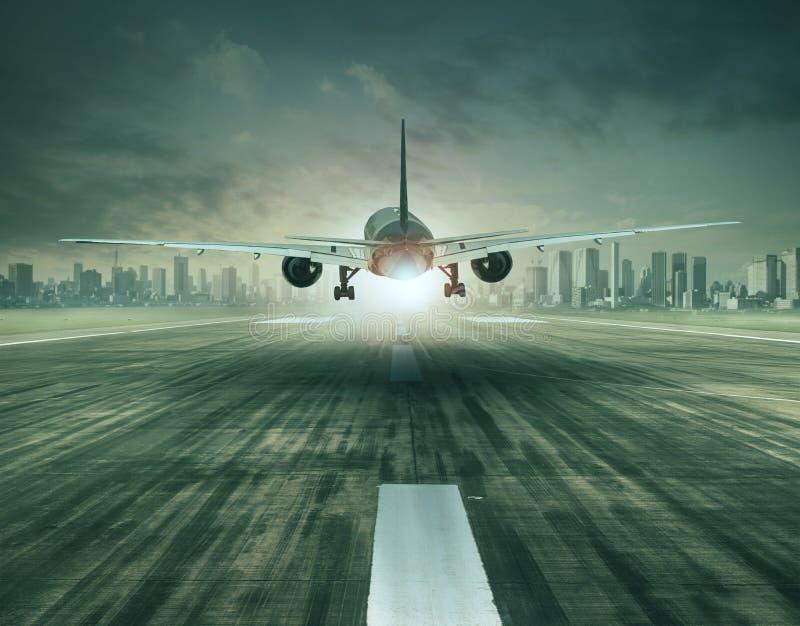 Passagiersvliegtuig die over luchthavenbaan van start gaan en c inbouwen stock fotografie