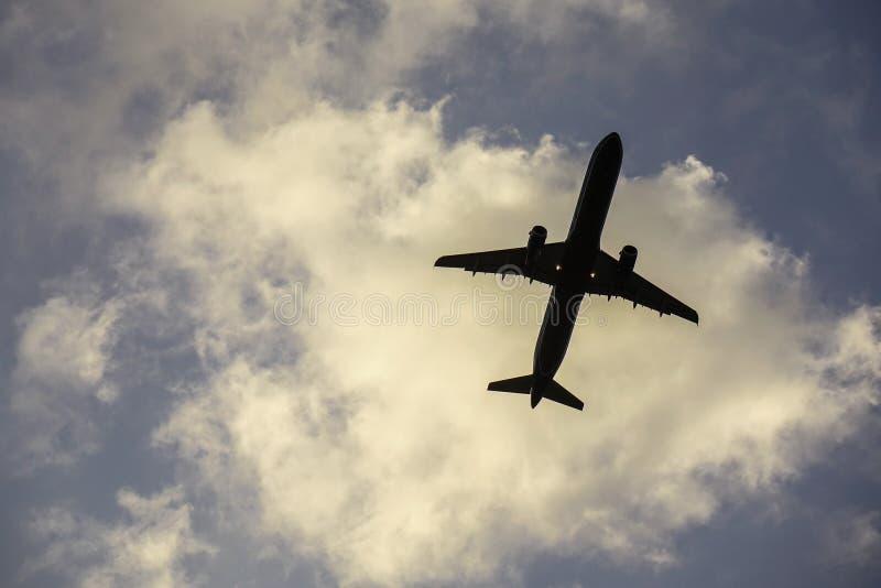 Passagiersvliegtuig die van de luchthaven opstijgen royalty-vrije stock foto's