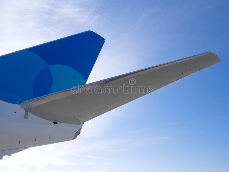 Passagiersvliegtuig, mening met erachter staart van een vliegtuig royalty-vrije stock foto's