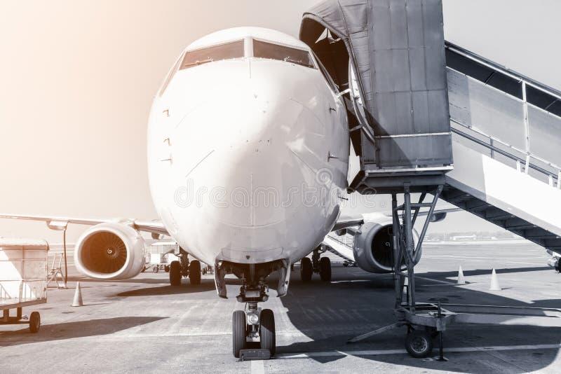 Passagiersvliegtuig in Taxibaan terwijl het Inschepen van Tijd, Vliegtuigenvoertuig bij Eindvertrek, Front View Shot royalty-vrije stock foto