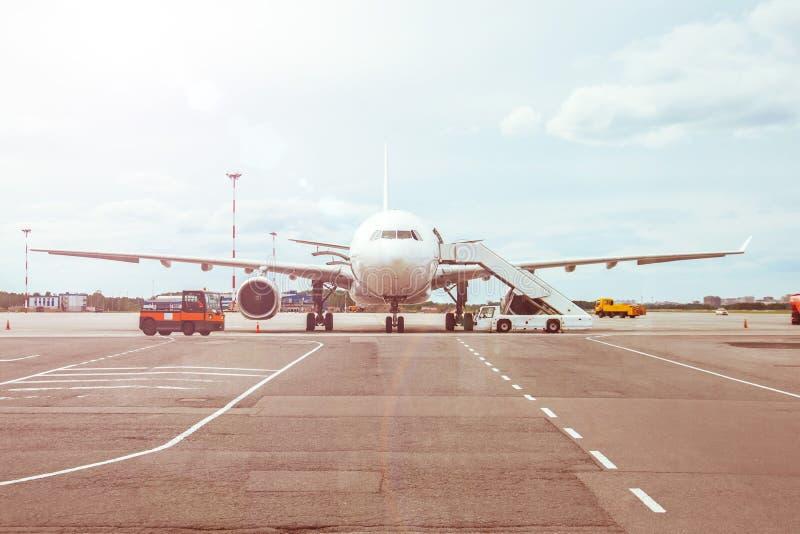 Passagiersvliegtuigen, die op de passagiers aan raad bij de luchthaventerminal wachten stock afbeeldingen