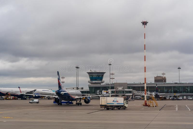 Passagiersvliegtuigen op het parkeren bij de Luchthaven van Moskou Sheremetyevo royalty-vrije stock afbeelding