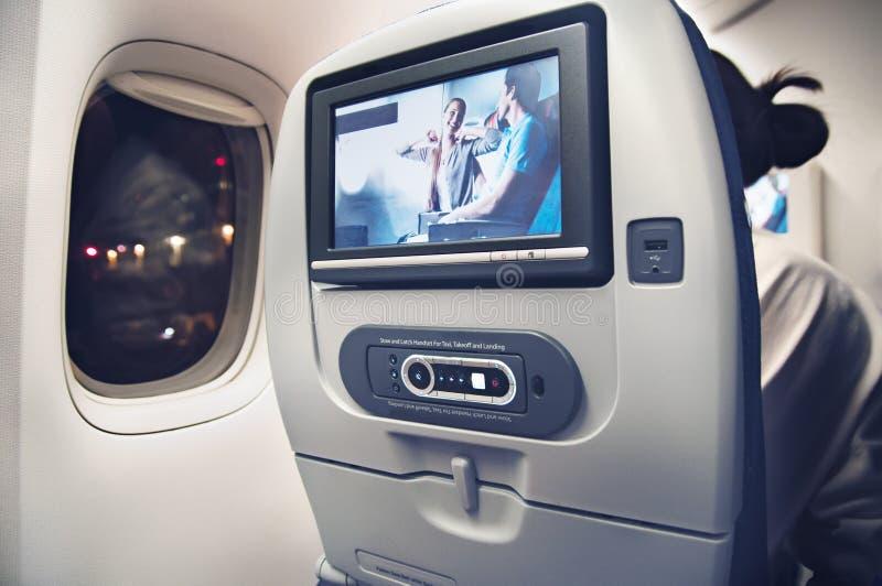 Passagierszetel met het scherm van verschillende media in het vliegtuig stock afbeeldingen