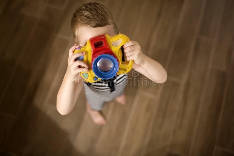 Passande fotograf för gullig pojke royaltyfri bild