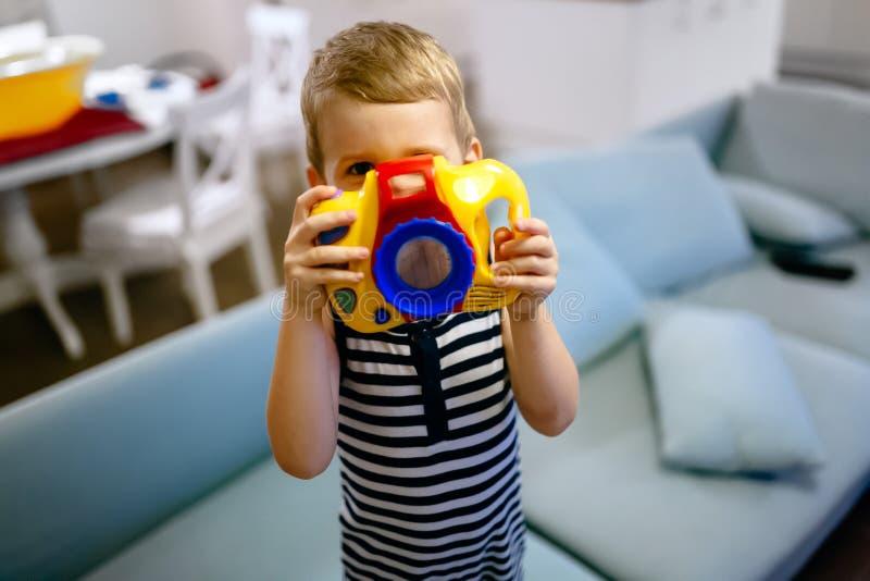 Passande fotograf för gullig pojke royaltyfri foto