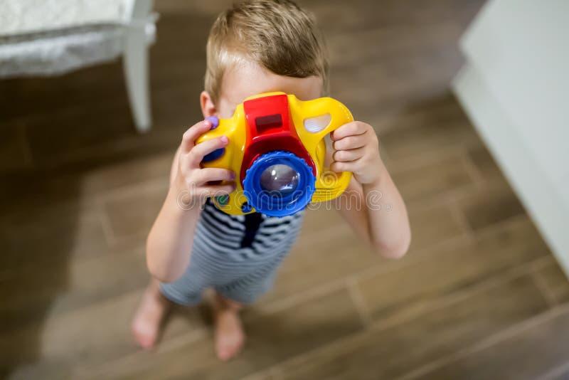 Passande fotograf för gullig pojke royaltyfria foton