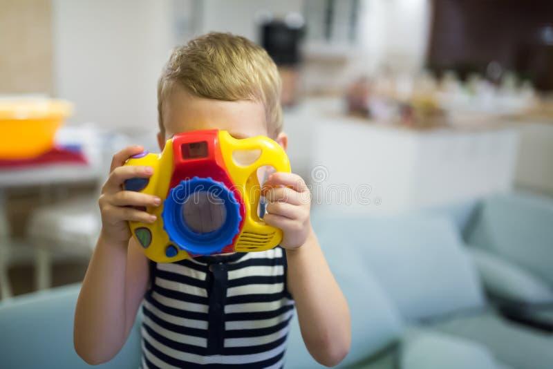 Passande fotograf för gullig pojke arkivbilder
