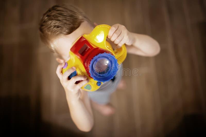 Passande fotograf för gullig pojke fotografering för bildbyråer
