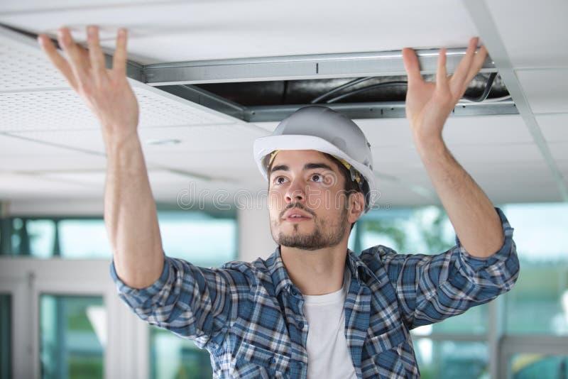 Passande takpanel för manlig leverantör arkivbilder