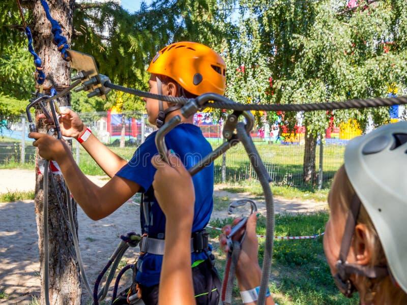 Passando o exercício por crianças antes de visitar o parque da corda imagens de stock