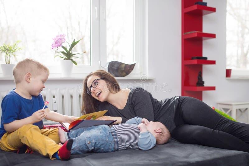 Passando o tempo com crianças fotos de stock royalty free