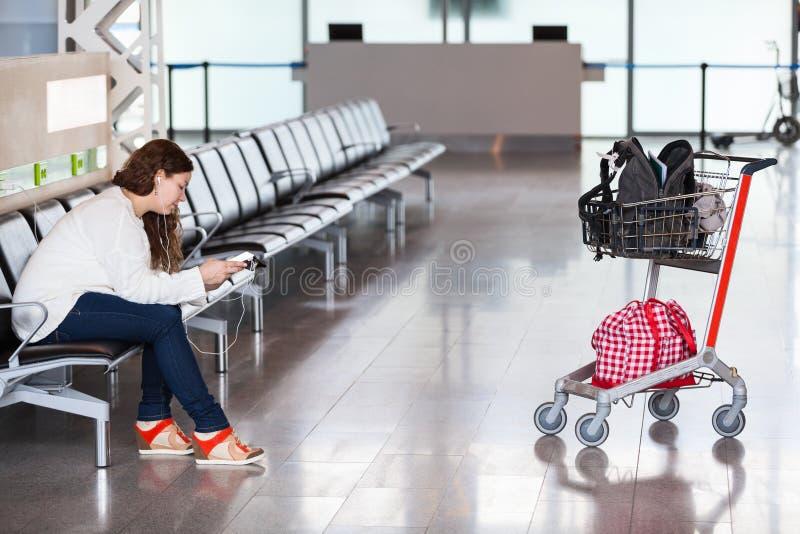 Passando o tempo na sala de estar do aeroporto imagem de stock royalty free