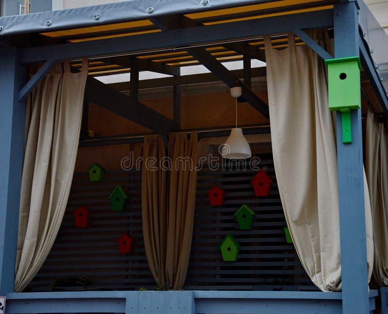 Passandosi una via a Vitebsk, da una finestra alla moda decorata fotografia stock libera da diritti