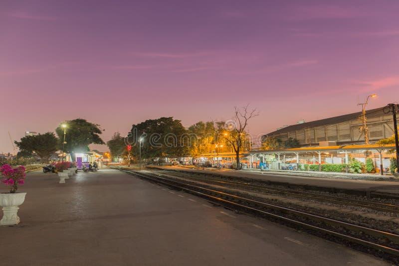 Passanger dworzec w zmierzchu zdjęcie stock