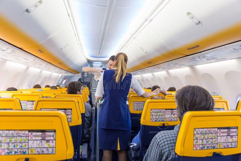 Passangers de la porción de la azafata en vuelo del aeroplano de Ryanair en 14to de diciembre de 2017 en un vuelo de Trieste a Va fotografía de archivo libre de regalías