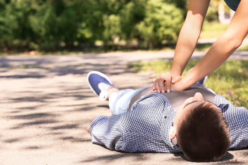 Passant exécutant le CPR sur l'homme inconscient image stock