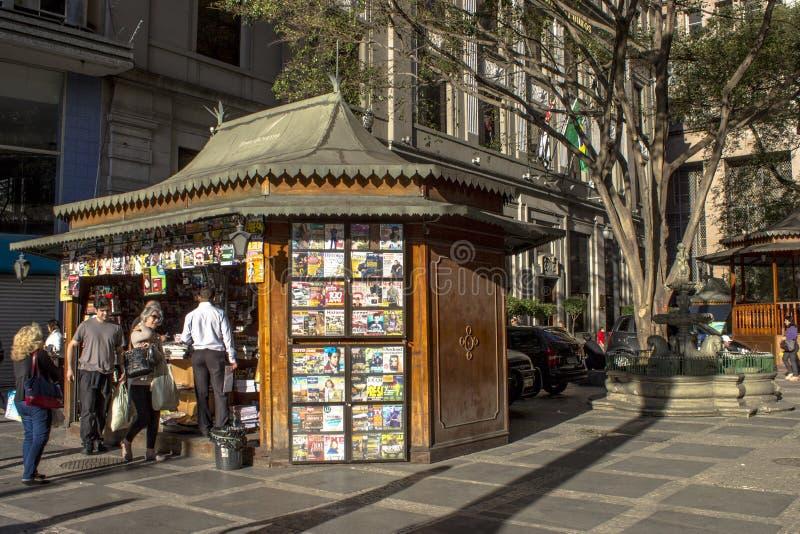 Passant non reconnu faire quelques achats à un kiosque avec le journal et les magazines, en Antonio Prado Square photographie stock libre de droits