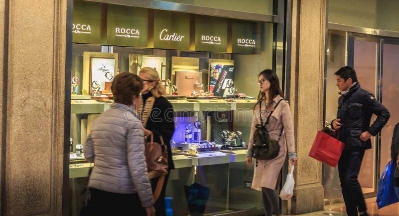 Passanti mercantili davanti alla finestra di un orologio e di un je di lusso fotografia stock