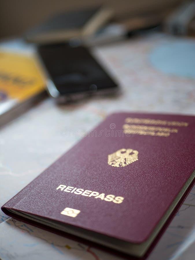 Passaporte alemão com acessórios do curso foto de stock