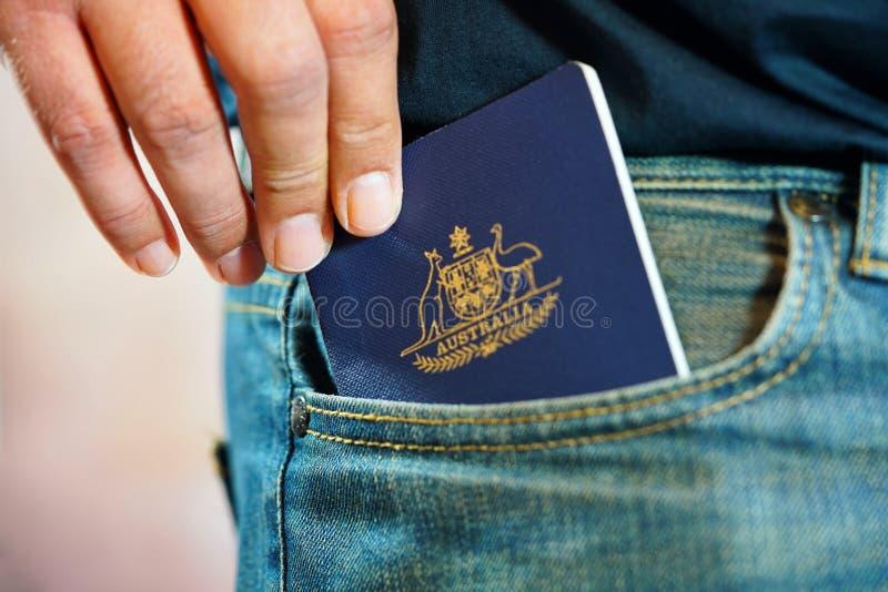 Passaporte australiano no bolso das calças de brim foto de stock