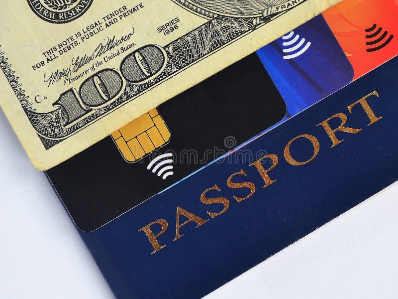 Passaporte azul, cem dólares de conta e três cartões de crédito diferentes imagem de stock
