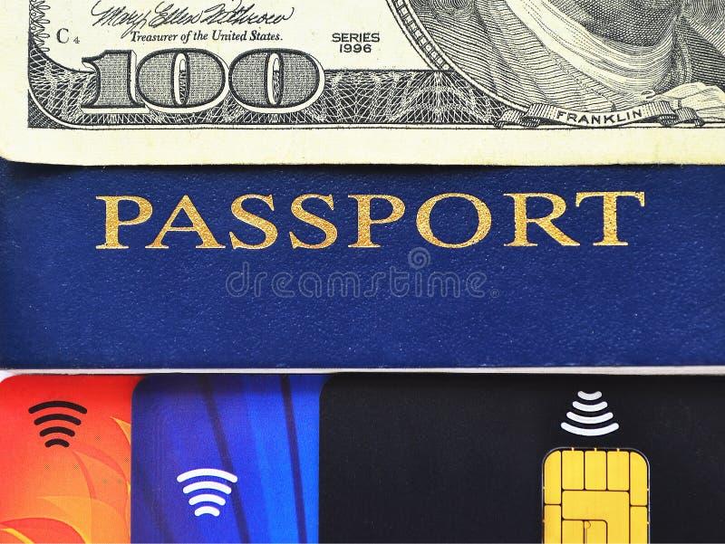 Passaporte azul, cem dólares de conta e três cartões de crédito diferentes fotos de stock royalty free