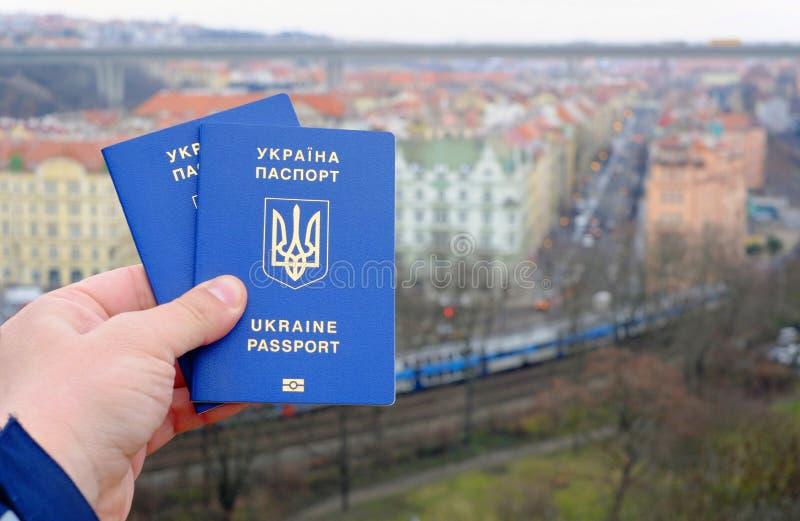 Passaporte biométrico azul ucraniano com microplaqueta da identificação sobre contra o fundo da estrada de trilho imagens de stock