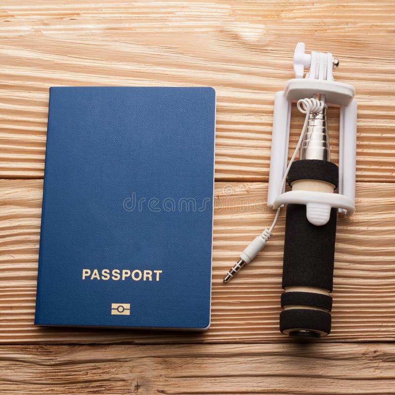 Passaporte biométrico com o selfi stickon um fundo de madeira fotos de stock royalty free