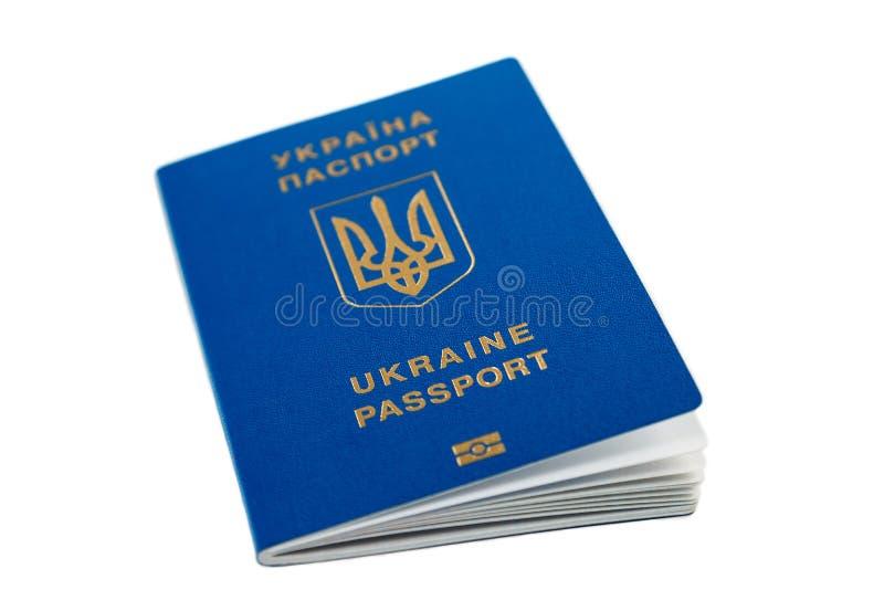 Passaporte biométrico internacional azul ucraniano novo com microplaqueta da identificação e impressões digitais isoladas no bran imagens de stock