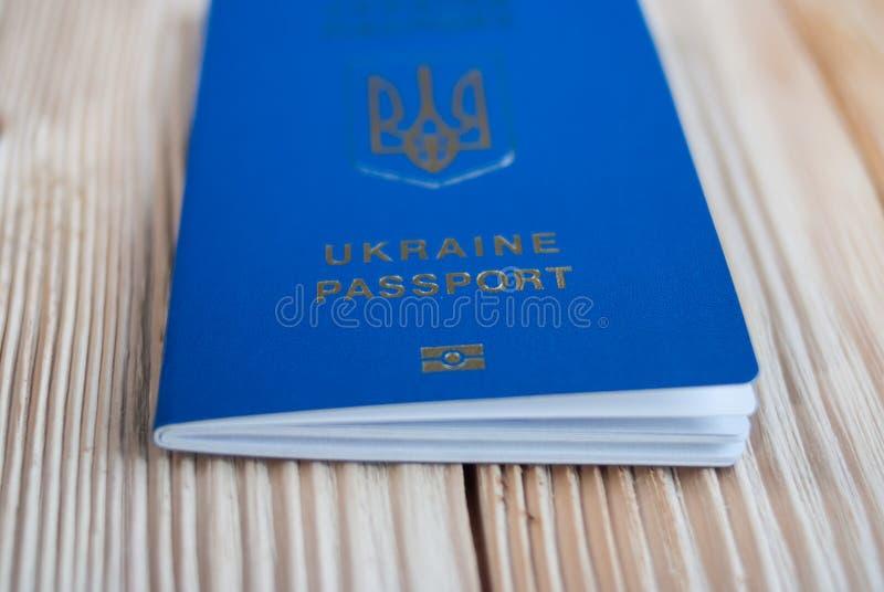 Passaporte biométrico ucraniano em um fundo cinzento imagens de stock