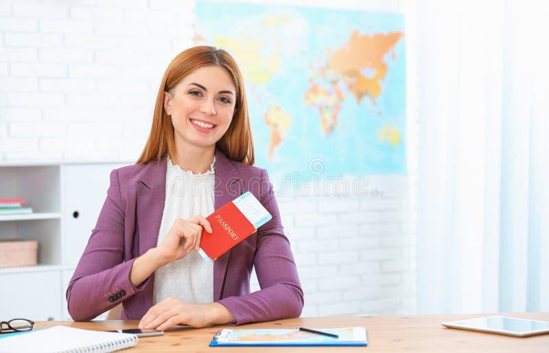 Passaporte bonito da terra arrendada do consultante com bilhete imagens de stock