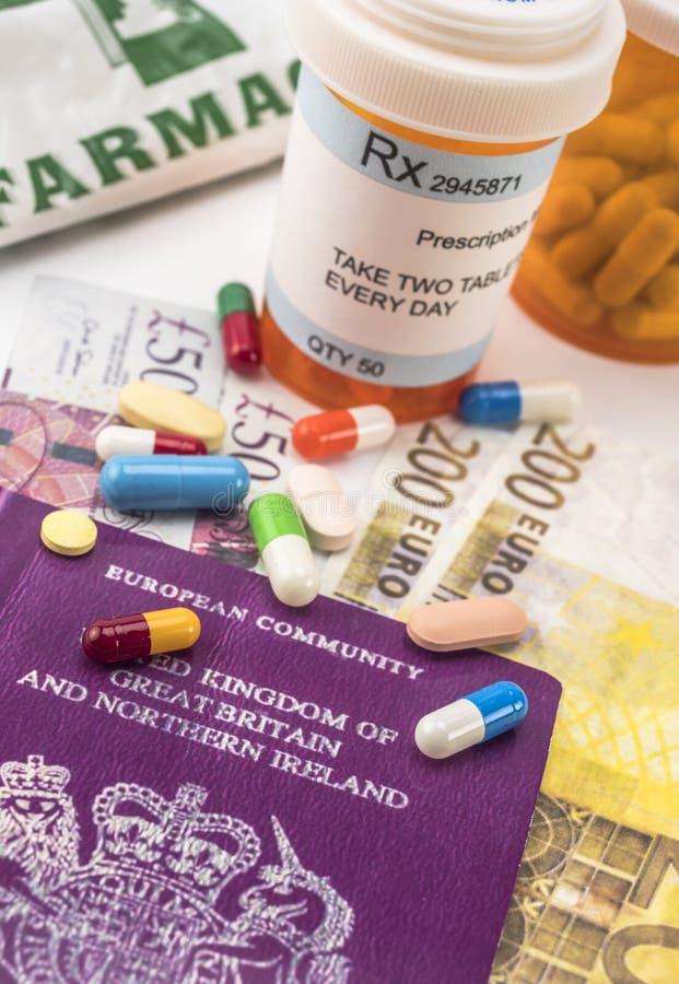 Passaporte britânico junto com diversas garrafas das medicinas, conceito do aumento médico na crise do brexit, imag conceptual imagem de stock royalty free
