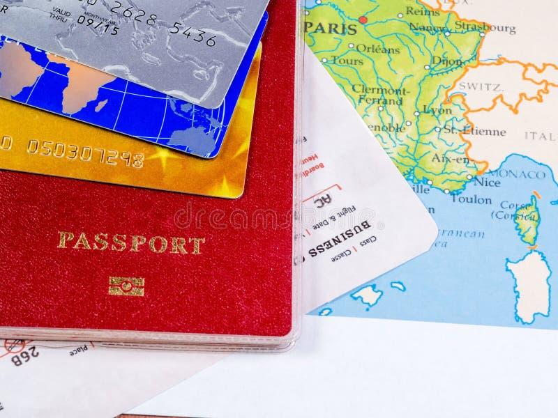 Passaporte com bilhetes de avião e cartões de crédito no mapa fotos de stock