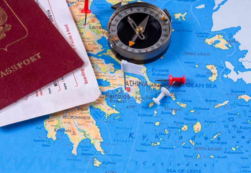 Passaporte com bilhetes e compasso em um mapa do turista foto de stock
