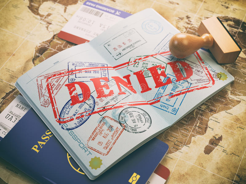 Passaporte com selo de visto negado no mapa do mundo e do airl ilustração royalty free