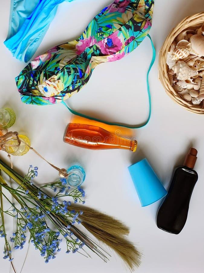 Passaporte das férias de verão das caixas de vidros dos óculos de sol dos sacos da bolsa do biquini dos acessórios das mulheres d imagens de stock royalty free