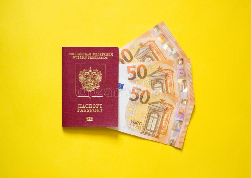 Passaporte do russo com euro no fundo amarelo fotos de stock royalty free
