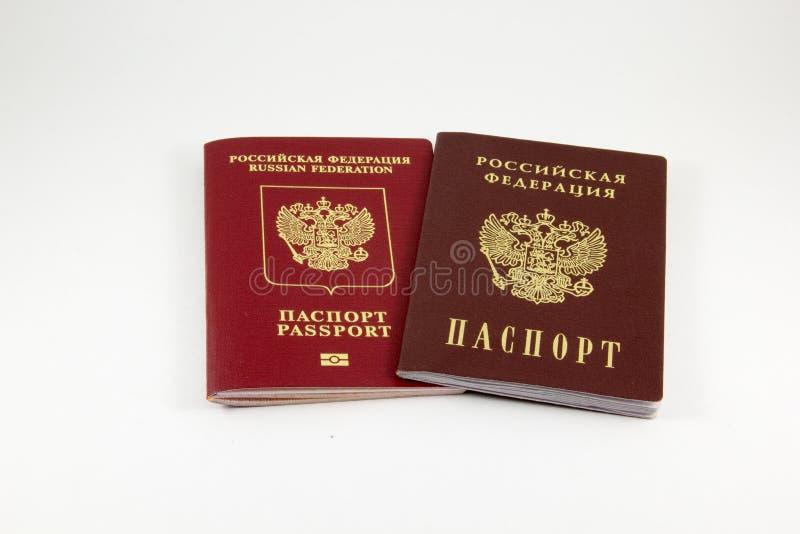 Passaporte do russo e um passaporte foto de stock