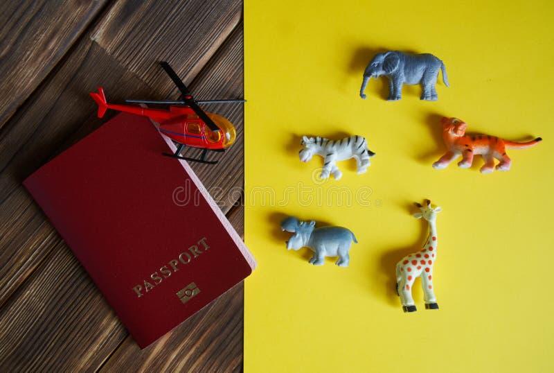Passaporte do turista, animais africanos e um helicóptero imagem de stock