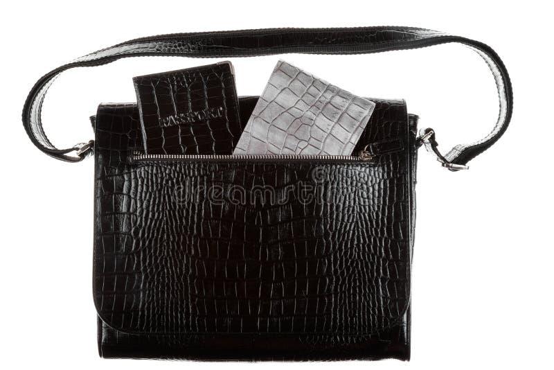 Passaporte e carteira que colam fora do bolso de um saco de couro Isolado fotografia de stock
