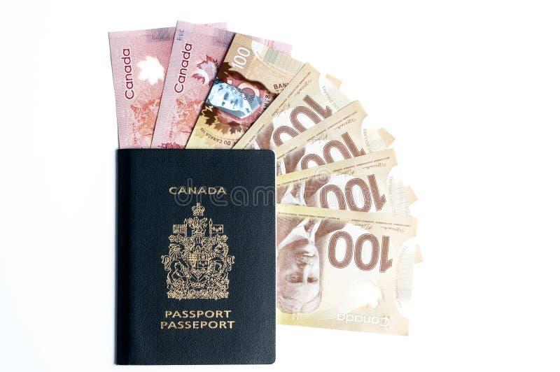 Passaporte e dinheiro canadenses fotografia de stock royalty free